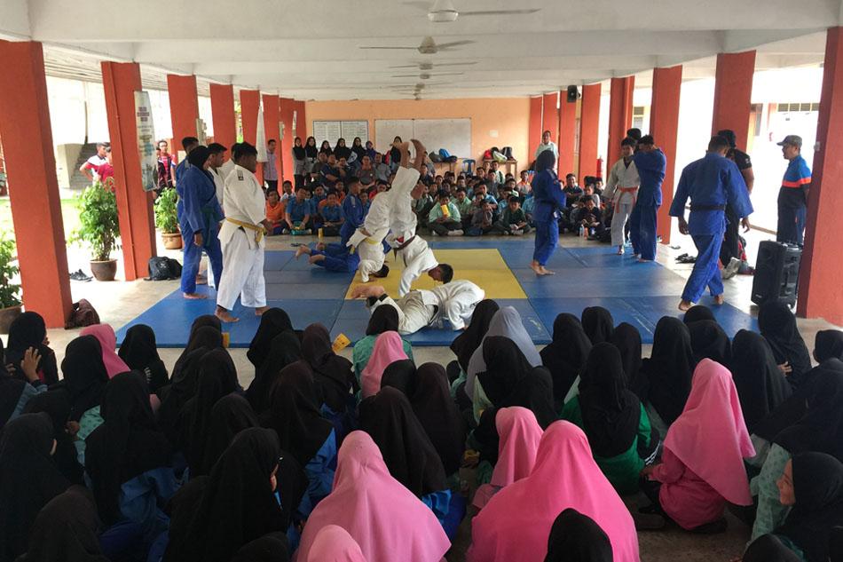 Hampir seramai 200 pelajar SMK Jenagor telah hadir untuk melihat demonstrasi sukan judo ini.