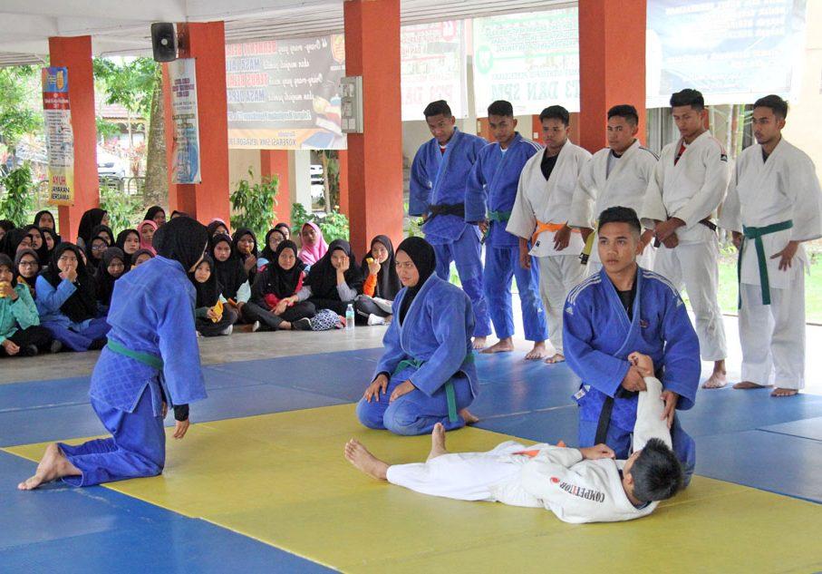 Barisan penuh atlet-atlet senior dan pelapis turut hadir untuk memberikan demonstrasi sukan judo dalam program pencarian bakat yang telah diadakan baru-baru ini. Kredit Foto - PenyuSukan.com