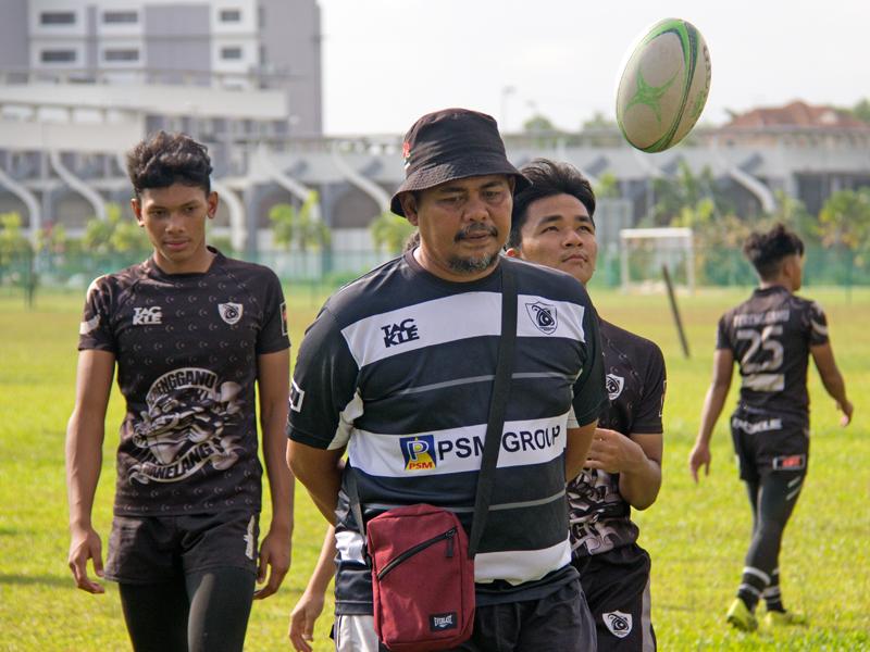 Izami Zainuddin(dua dari kiri) selaku ketua jurulatih adalah individu yang telah dipertanggungjawabkan untuk membentuk pasukan ini yang turut dibantu oleh dua jurulatih pasukan. Kredit Foto - PenyuSukan.com