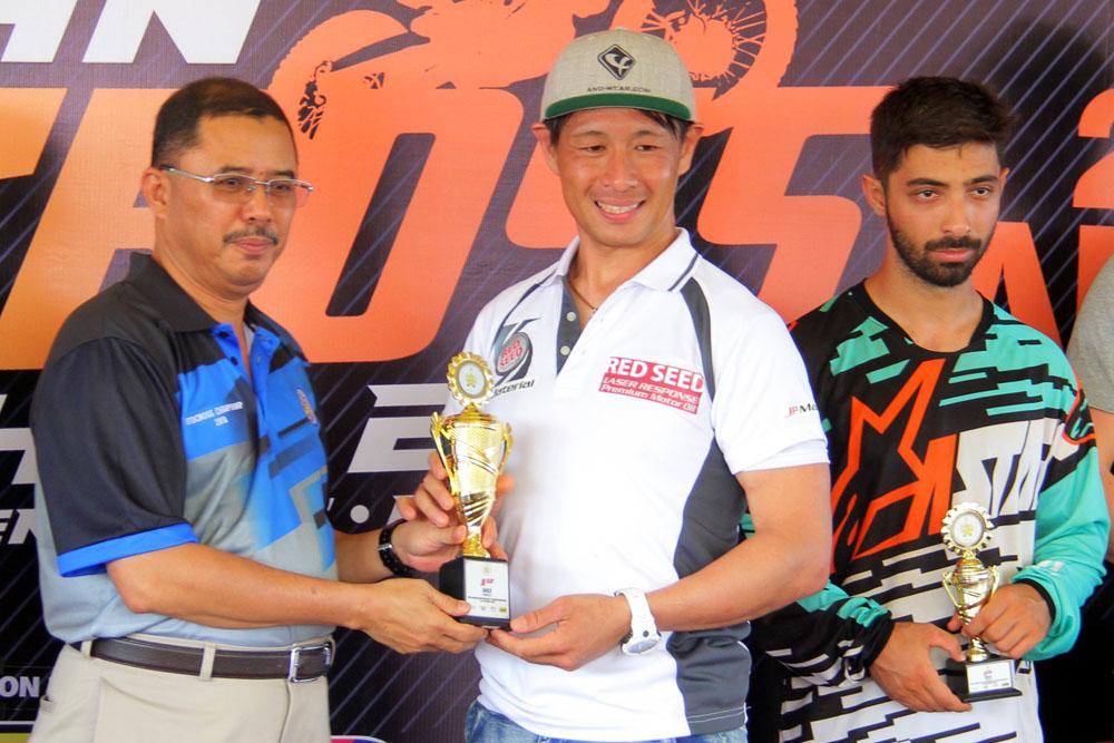 Takase Tanaka(dua dari kiri) pertama kali berlumba di Litar Motocross Kompleks Sukan Gong Badak muncul juara setelah menyapu bersih ke semua perlumbaan kategori MX2. Kredit Foto - PenyuSukan.com