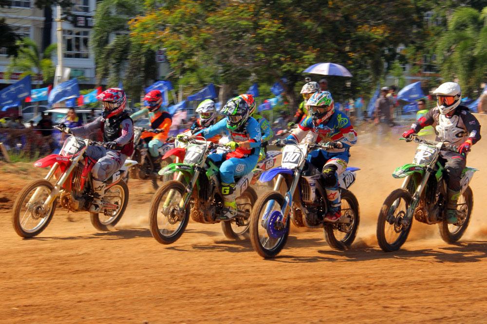 Perlumbaan kategori MX2 menjadi acara tumpuan dalam Kejuaraan Motocross Asia 2018 yang telah berlansung di Litar Motocross Kompleks Sukan Gong Badak. Kredit Foto - PenyuSukan.com