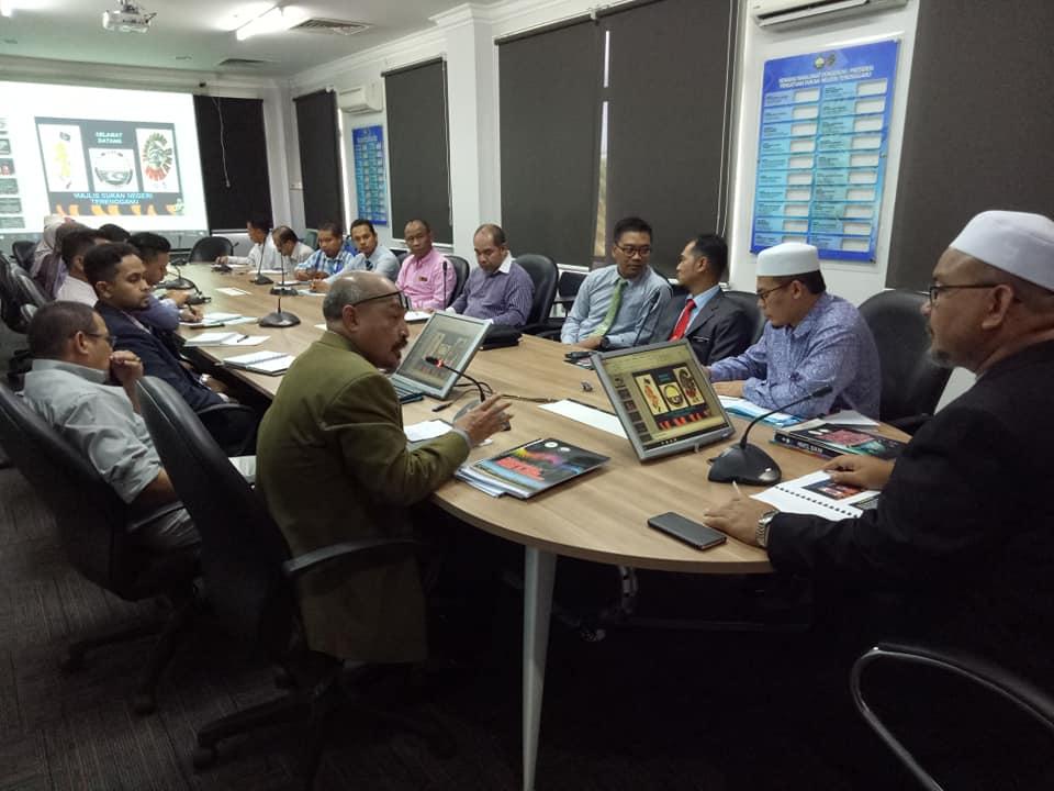 Encik Ibni Amin Busu(dua dari kiri) menerangkan perkembangan semasa Majlis Sukan Negeri Terengganu kepada YB Ustaz Wan Sukairi Wan Abdullah(kanan). Kredit Foto - Facebook.com/MSNTerengganu