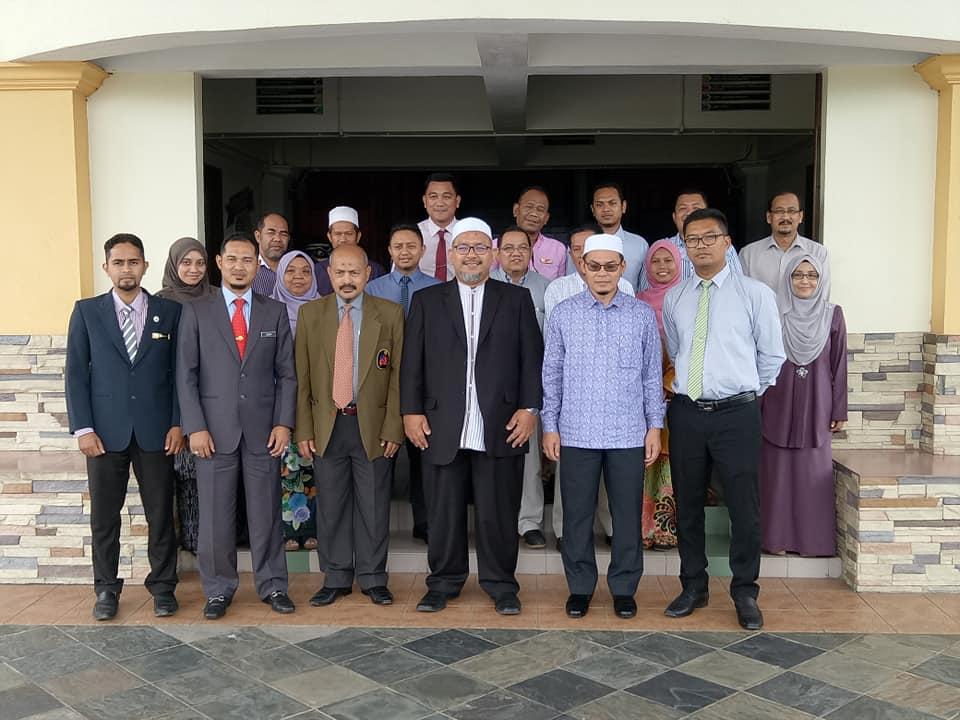 Pengerusi Jawatankuasa Pembangunan Belia, Sukan dan Badan Bukan Kerajaan Negeri Terengganu; YB Ustaz Wan Sukairi Wan Abdullah(empat dari kiri) meluangkan masa untuk bergambar bersama warga Majlis Sukan Negeri Terengganu yang diketuai oleh Encik Ibni Amin Busu(tiga dari kiri) selaku Pengarah. Kredit Foto - Facebook.com/MSNTerengganu