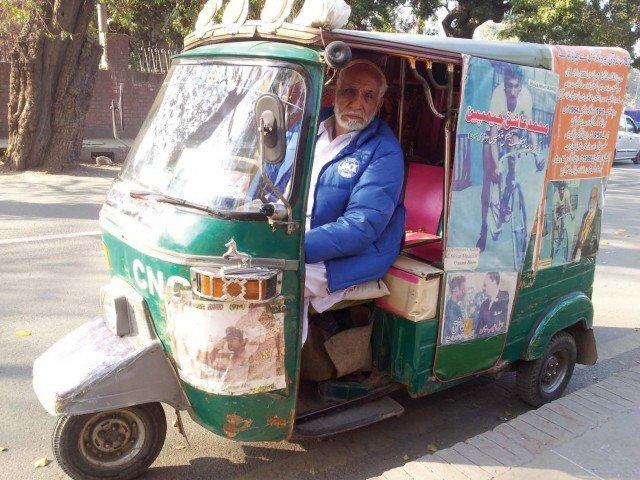 Muhammad Ashiq; Lagenda Pelumba Basikal Pakistan yang pernah beraksi di sukan Olimpik pada 1960 dan 1964 terpaksa menyara kehidupan sebagai pemandu beca. Beliau menghembuskan nafas terakhir di usia 83 tahun pada 11 Mac 2018. Kredit Foto - Pakistantoday.com.pk