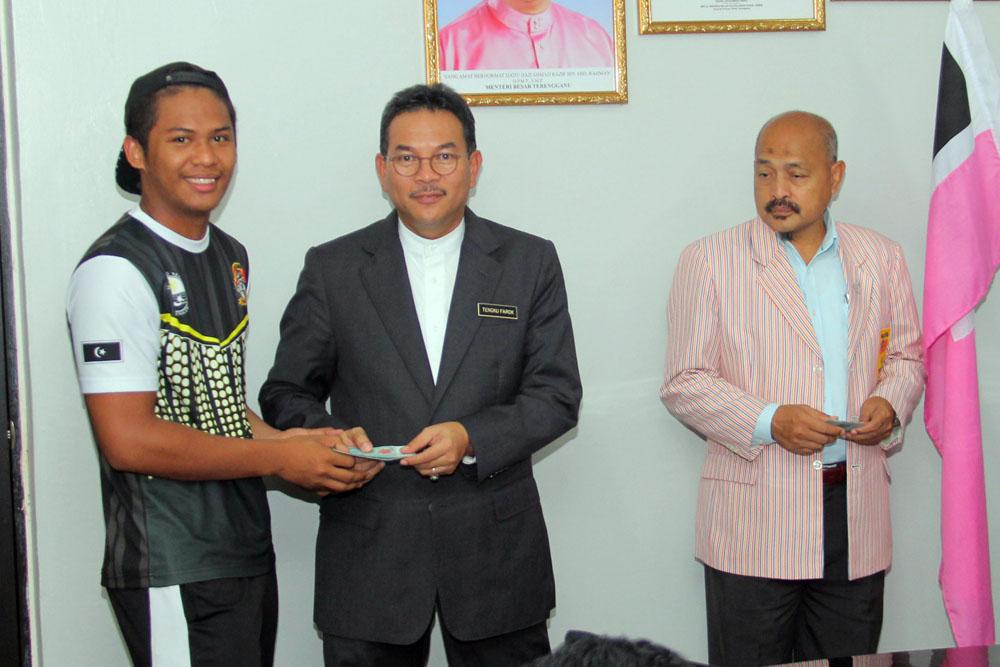 YM Datuk Tengku Farok Hussin(dua dari kiri), Timbalan Ketua Kontijen SUKMA Terengganu 2018 merangkap Pegawai Daerah Kuala Nerus diringi Encik Ibni Amin Bin Busu, Pengarah Majlis Sukan Negeri Terengganu menyampaikan insentif kepada para atlet. Kredit Foto - PenyuSukan.com