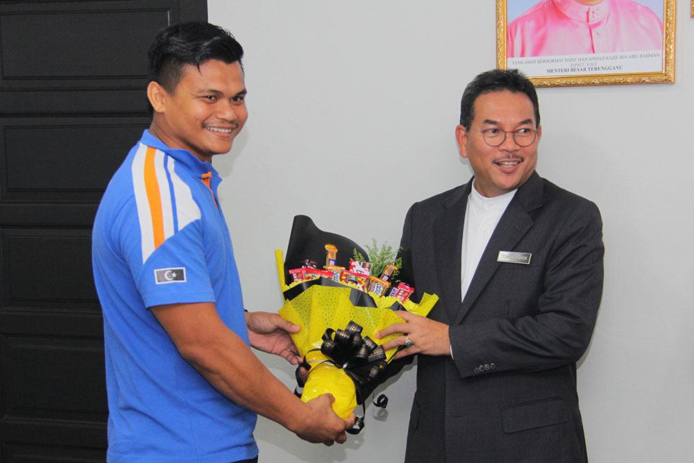 Marjan Abdullah turut menyampaikan cenderahati sebagai tanda terima kasih dari pihak TEJA kepada YM Datuk Tengku Farok Hussin. Kredit Foto - PenyuSukan.com