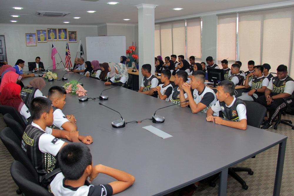 Majlis Penyampaian Insentif Skim Hadiah Kemenangan(SHAKE) telah berlansung di Bilik Gerakan Pejabat Daerah dan Tanah Kuala Nerus. Kredit Foto - PenyuSukan.com