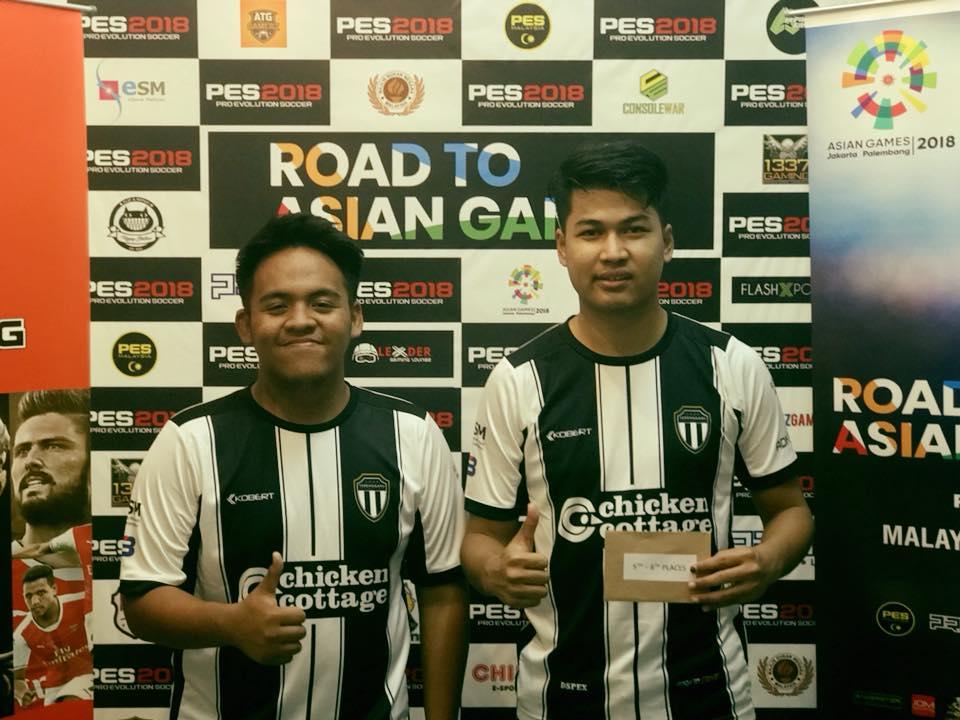 Atlet ESM Terengganu; Mohamad Khairil Afiq Rahim(kiri) dan Muhammad Iqbal Mahadi meraih kelompok 8 terbaik dalam perlawanan Pro Evolution Soccer di Kejohanan Sukan Elektronik Kebangsaan 2018. Kredit Foto - Facebook.com/esmterengganu