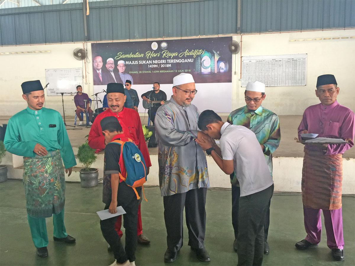Dari kiri - Timbalan Pengarah MSNT; Encik Mohd Sabri bin Abas, Pengarah MSNT; Encik Ibni Amin Busu, Pengerusi Jawatankuasa Pembangunan Belia, Sukan dan Badan Bukan Kerajaan Negeri Terengganu; YB Ustaz Wan Sukairi Wan Abdullah, Timbalan Pengerusi YB Ustaz Hishamuddin dan Pegawai Eksekutif Kompleks Sukan Negeri Terengganu; Encik A.Zulkifli bin Mohamad sewaktu menyampaikan sumbangan derma kepada warga Asrama Anak-Anak Yatim Darul Falah (PERKASA) dan Rumah Tunas Harapan Darul Hilmi. Kredit Foto - PenyuSukan.com
