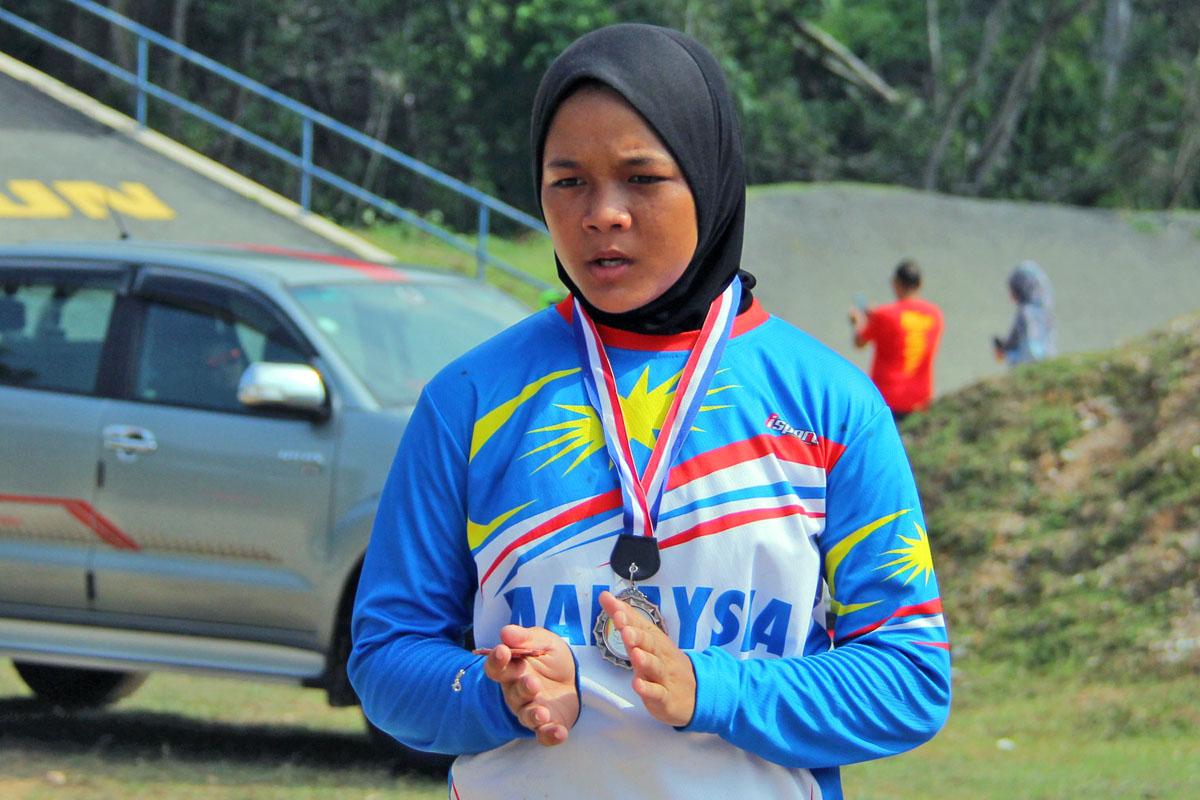 Pelumba Eddyna Nasuhar berusia 16 tahun(lahir pada 22 Oktober 2002) turut memberi saingan dalam acara wanita terbuka Kejohanan BMX Majlis Perbandaran Dungun 2018 untuk bersaing dengan pelumba-pelumba yang lebih berpengalaman. Kredit Foto - PenyuSukan.com