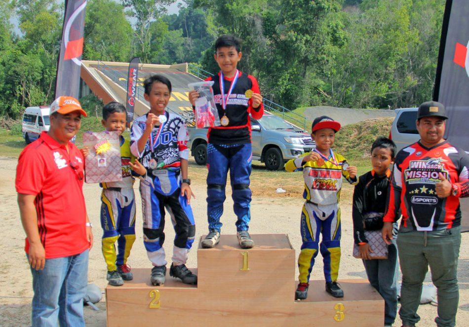 Podium acara lelaki 11-12 tahun Kejohanan BMX Majlis Perbandaran Dungun 2018 - Juara - Wan Mohd Izzat dari pasukan Terengganu Hanelang; Naib Johan - Muhamad Dhani Syahmi dari pasukan Kids Development of Johor / Persatuan Berbasikal Negeri Johor(KDOJ/PBNJ) dan tempat ke-3 oleh Adam Adha dari MBRC Melaka. Kredit Foto - PenyuSukan.com