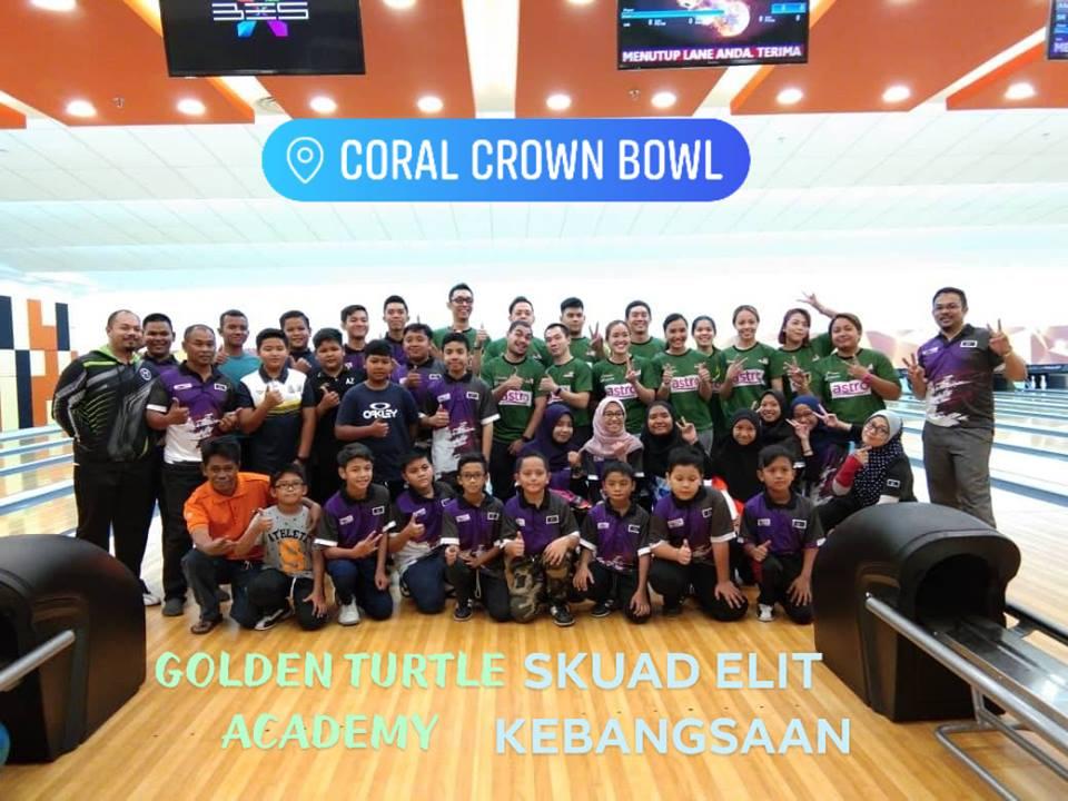 Barisan pelatih dan jurulatih Akademi Boling Penyu Emas turut berpeluang bersama skuad elit kebangsaan yang hadir ke Terengganu untuk program latihan sebelum bertolak ke Sukan Asia 2018. Kredit Foto - Facebook.com/TERENGGANUBOWLING