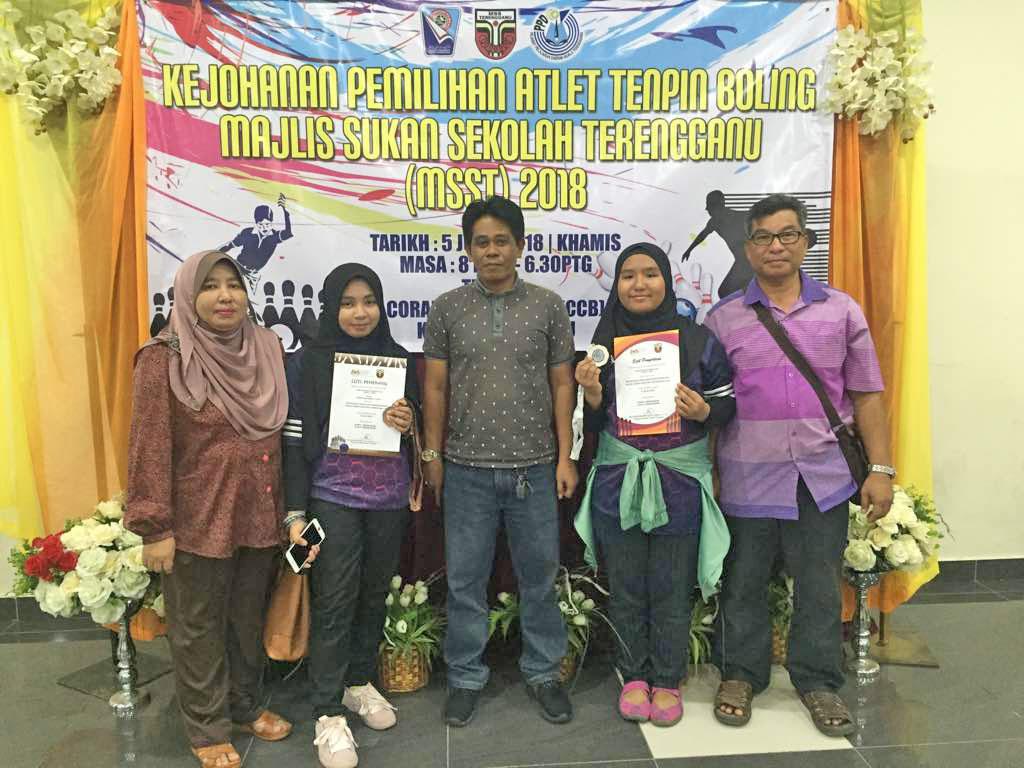 Encik Halim bin Puteh(tiga dari kiri) bersama pelatih Akademi Penyu Emas dan ibu bapa mereka sewaktu Kejohanan Pemilihan Atlet Tenpin Boling Majlis Sukan Sekolah Terengganu (MSST) 2018. Kredit Foto - Akademi Penyu Emas