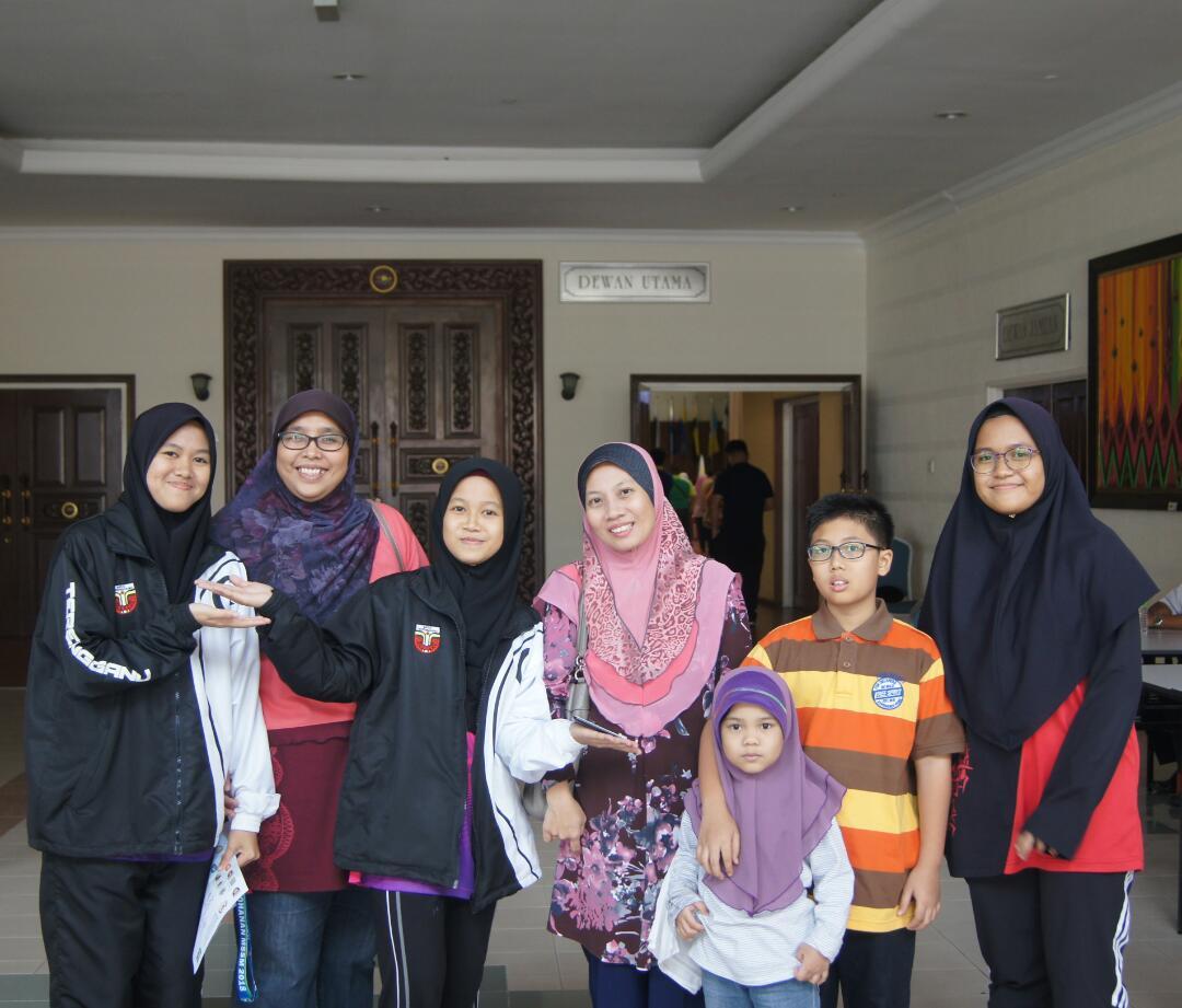 Pengurus pasukan catur MSSN Terengganu; Cikgu Rohaiza Abdullah(dua dari kiri) bersama keluarga pencatur yang turut hadir memberi sokongan. Kredit Foto - Cikgu Rohaiza Abdullah/MSSM Terengganu