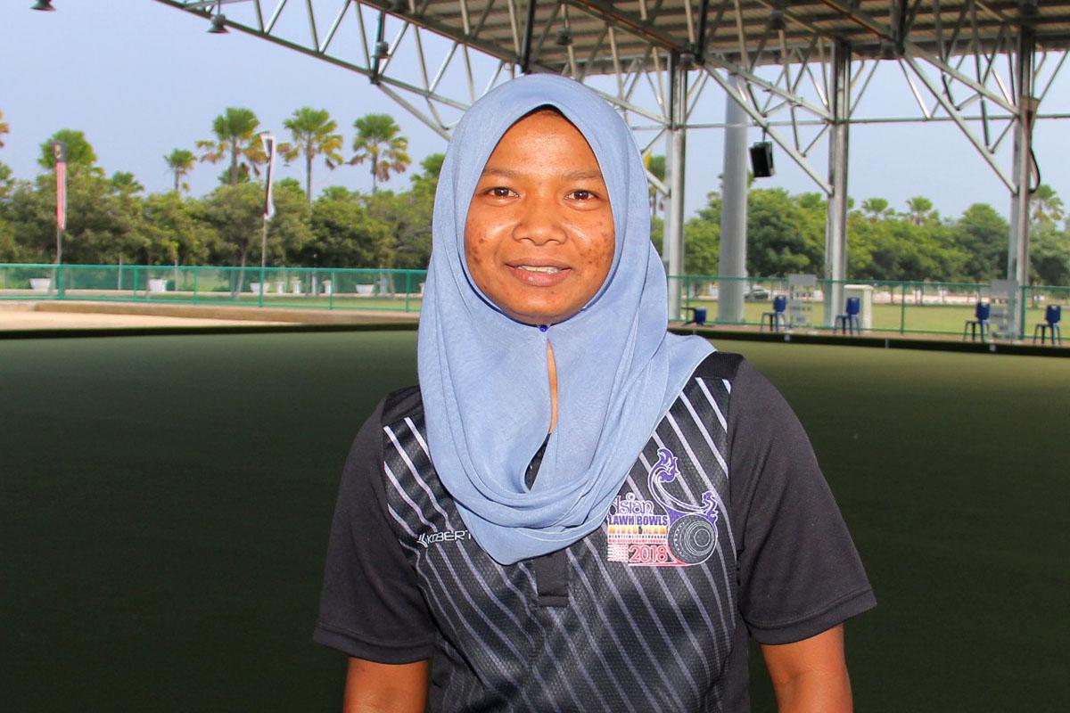 Faten yang mempunyai kelayakan selaku jurulatih boling padang setelah berjaya menamatkan beberapa kursus sukan berkaitan malah turut memiliki sijil undang-undang boling padang. Kredit Foto - PenyuSukan.com