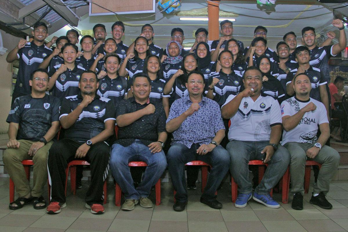 Pegawai Daerah Kuala Terengganu; Tn. Hj. Azmi Bin Razik(duduk - empat dari kiri) bersama-sama dengan barisan Persatuan Ragbi Negeri Terengganu bersama pegawai skuad ragbi negeri untuk cabaran temasya SUKMA Perak 2018. Kredit Foto - PenyuSukan.com