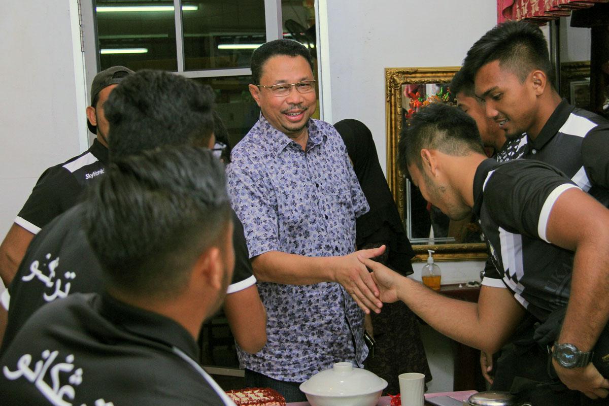 Pegawai Daerah Kuala Terengganu; Tn. Hj. Azmi Bin Razik(tengah) bersalaman bersama pasukan ragbi lelaki negeri Terengganu yang bakal membawa cabaran ke temasya SUKMA Perak 2018. Kredit Foto - PenyuSukan.com