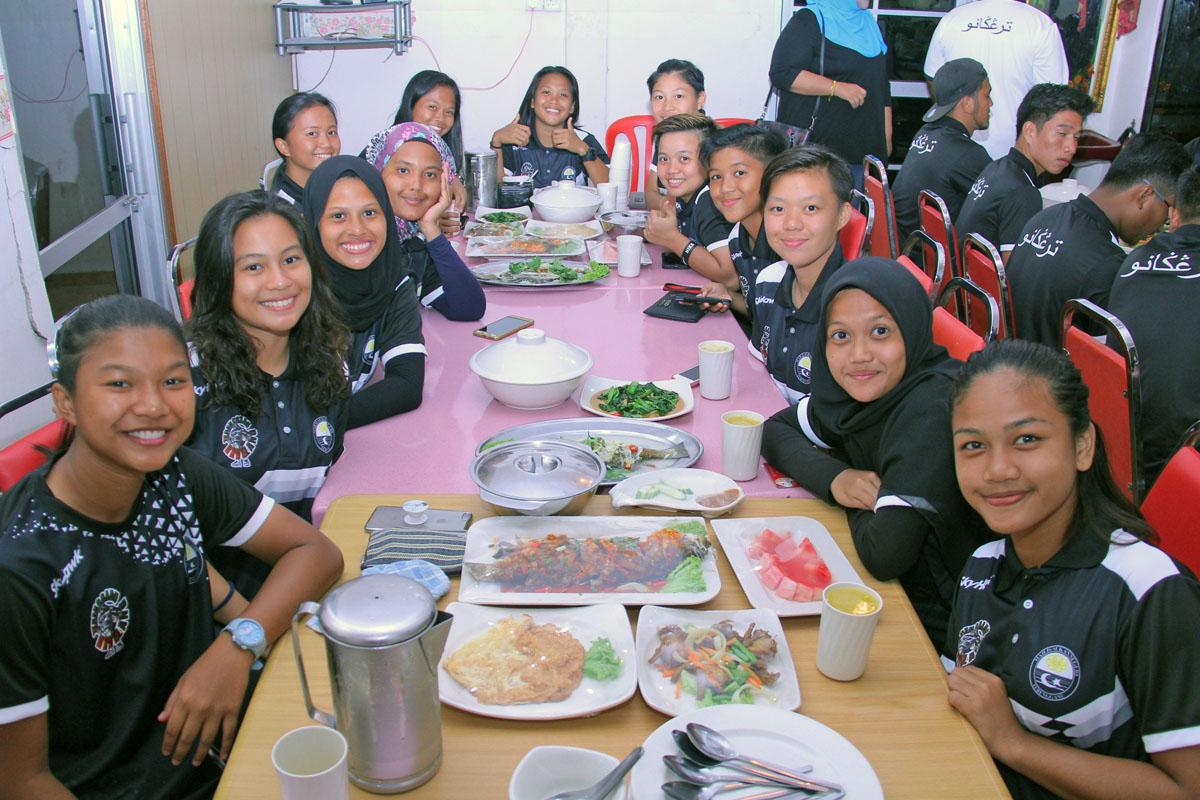 Barisan pasukan ragbi wanita negeri Terengganu yang bakal membawa cabaran ke temasya SUKMA Perak 2018. Berbaki beberapa hari lagi sebelum temasya Sukan Malaysia(SUKMA) di Perak bakal berlansung, pasukan ragbi negeri Terengganu telah berkesempatan diraikan bersama Pegawai Daerah Kuala Terengganu; Tn. Hj. Azmi Bin Razik yang juga merupakan wakil dari jabatan angkat bagi sukan ini dalam satu majlis makan malam yang telah berlansung. Kata-kata semangat diberikan oleh Tn. Hj. Azmi Bin Razik turut mendapat tepukan gemuruh daripada seluruh pasukan di mana beliau turut berkongsi pengalaman beliau bermain ragbi suatu ketika dahulu. Kredit Foto - PenyuSukan.com