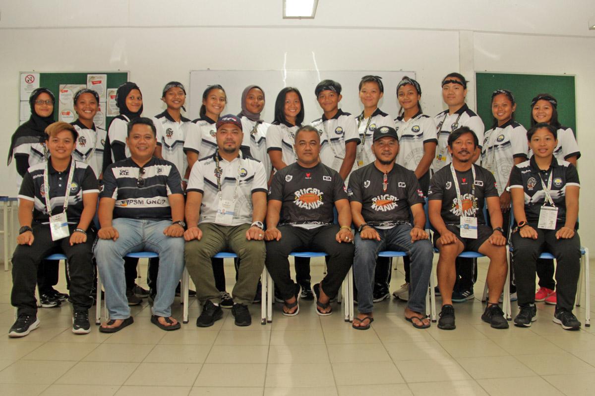 Barisan pengurusan dan jurulatih Persatuan Ragbi Negeri Terengganu bersama-sama dengan para pemain pasukan ragbi wanita negeri Terengganu yang membawa cabaran di pentas Sukan Malaysia(SUKMA) Perak 2018. Kredit Foto - PenyuSukan.com