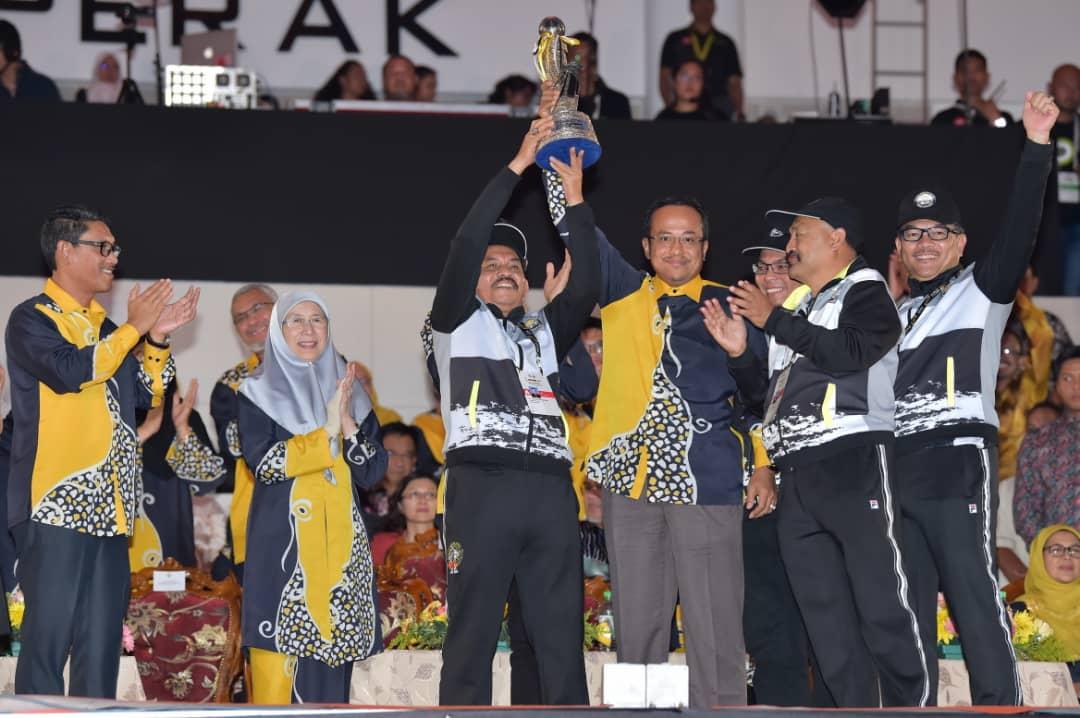 Menteri Besar Terengganu; Dr. Ahmad Samsuri Mokhtar(empat dari kanan) turut hadir ke majlis penutupan temasya Sukan Malaysia(SUKMA) Perak 2018 edisi ke-19 ini untuk meraikan kejayaan kontijen negeri ini merampas kembali kejuaraan keseluruhan penganjuran SUKMA. Kredit foto - Majlis Sukan Negeri Terengganu.