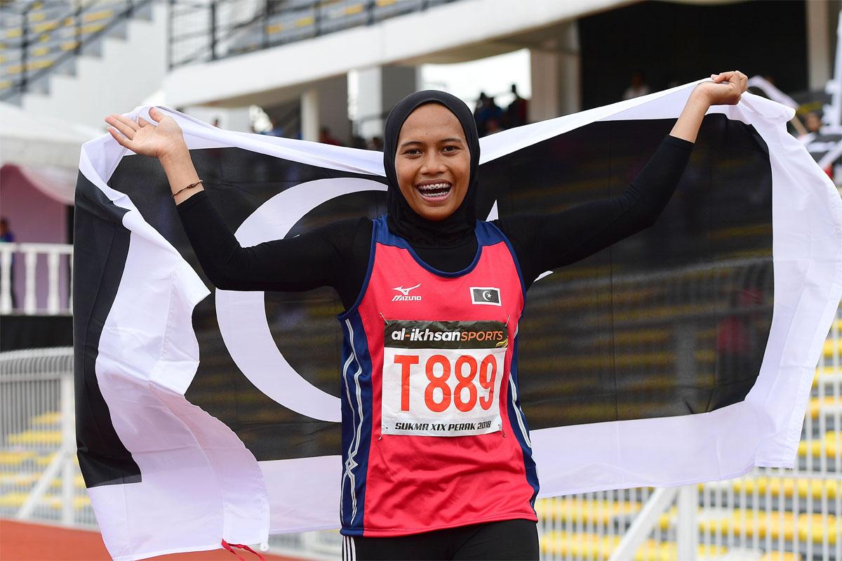 Reaksi pelari pecut Terengganu; Azreen Nabila setelah memecah rekod kejohanan yang berusia 10 tahun dengan catatan masa 11.81 saat dalam acara 100 meter wanita di pentas temasya Sukan Malaysia(SUKMA) Perak 2018. Kredit Foto - Sekretariat SUKMA Perak 2018