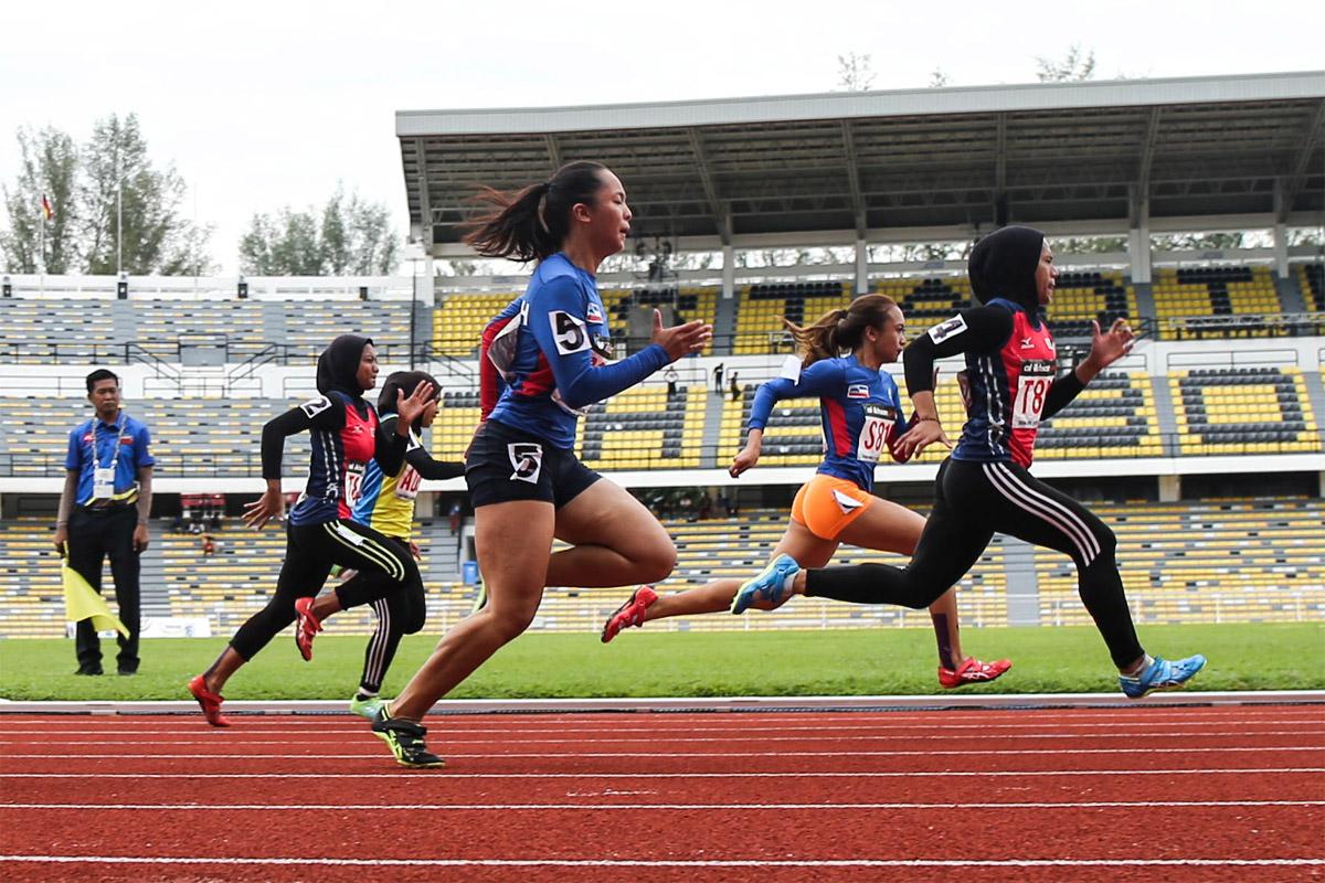 Aksi pelari pecut Terengganu; Azreen Nabila(lima dari kiri) mendahului larian dengan catatan masa 11.81 saat mengungguli acara 100 meter wanita sekali gus berjaya memperbaharui rekod kejohanan yang berusia 10 tahun di pentas temasya Sukan Malaysia(SUKMA) Perak 2018. Kredit Foto - Sekretariat SUKMA Perak 2018