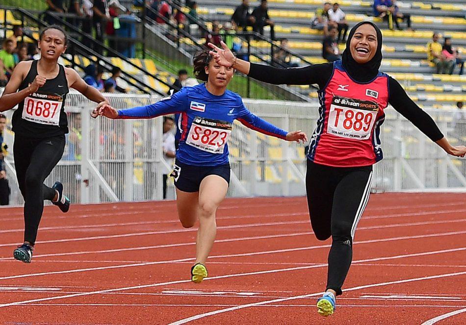 Aksi pelari pecut Terengganu; Azreen Nabila(tiga dari kiri) dengan catatan masa 11.81 saat mengungguli acara 100 meter wanita sekali gus berjaya memperbaharui rekod kejohanan yang berusia 10 tahun di pentas temasya Sukan Malaysia(SUKMA) Perak 2018. Kredit Foto - Sekretariat SUKMA Perak 2018