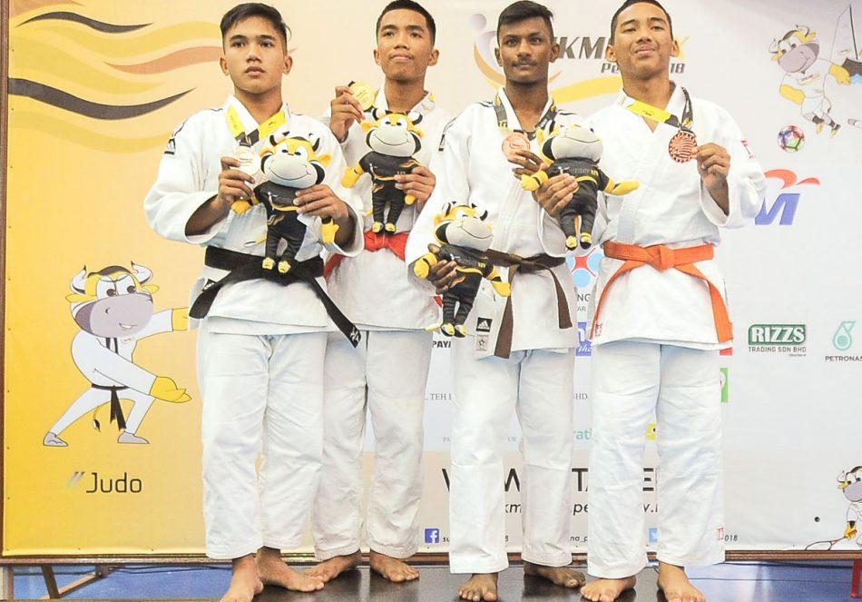 Muhammad Alif Asnawi bin Azman(kiri) menyumbang pingat perak kepada kontijen Terengganu Hanelang setelah berentap dalam kategori lelaki bawah 55kg di hari pertama kejohanan judo Sukan Malaysia(SUKMA) Perak 2018 yang telah berlansung di Dewan SMJK Krian, Kerian. Kredit Foto - Sekretariat SUKMA Perak 2018