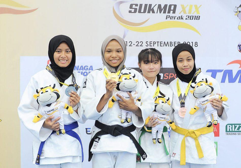 Alyaa Yasmeen binti Rosali(dua dari kiri) menyumbang pingat emas kepada kontijen Terengganu Hanelang setelah berentap dalam kategori wanita bawah 44kg akhir. Judoka tuan rumah; Nor Aina Faqihah binti Norfizal Hafizie(kiri) meraih pingat perak manakala judoka Selangor; Chew Xue Er dan judoka Johor Nurul Ain binti Saiful Airy berkongsi gangsa di hari kedua kejohanan judo Sukan Malaysia(SUKMA) Perak 2018 yang telah berlansung di Dewan SMJK Krian, Kerian. Kredit Foto - Sekretariat SUKMA Perak 2018