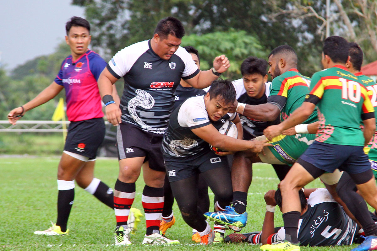 Aksi pemain hooker Azam Fakhrullah Abd Razak(memegang bola) sewaktu pasukan negeri Terengganu menentang Kedah(jersi hijau) dalam aksi peringkat kumpulan kejohanan ragbi Piala Agong 2018 Ke-36 yang telah berlansung di Stadium Sultan Abdul Halim, Alor Star pada 13 Oktober 2018. Kredit Foto - PenyuSukan.com