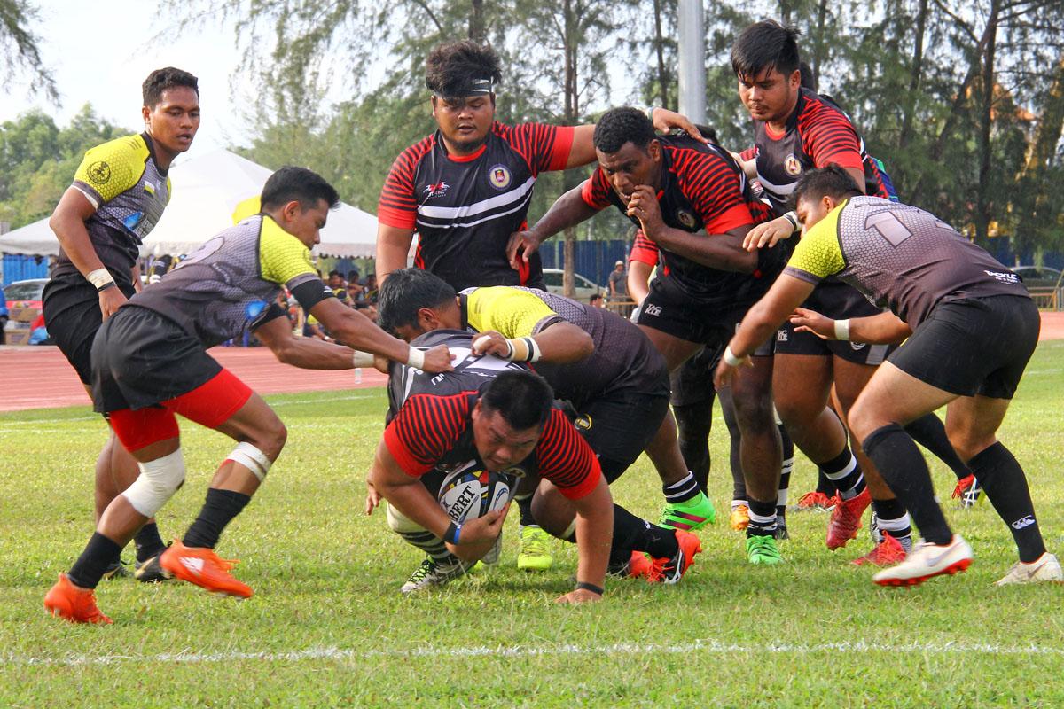 Aksi pemain prop Terengganu; Lawrence Petrus untuk membuat jatuhan try ke-10 pada minit ke-69 permainan dalam aksi sulung menentang Perak dalam kempen kejohanan ragbi Piala Agong 2018 edisi ke-36. Kredit Foto - PenyuSukan.com