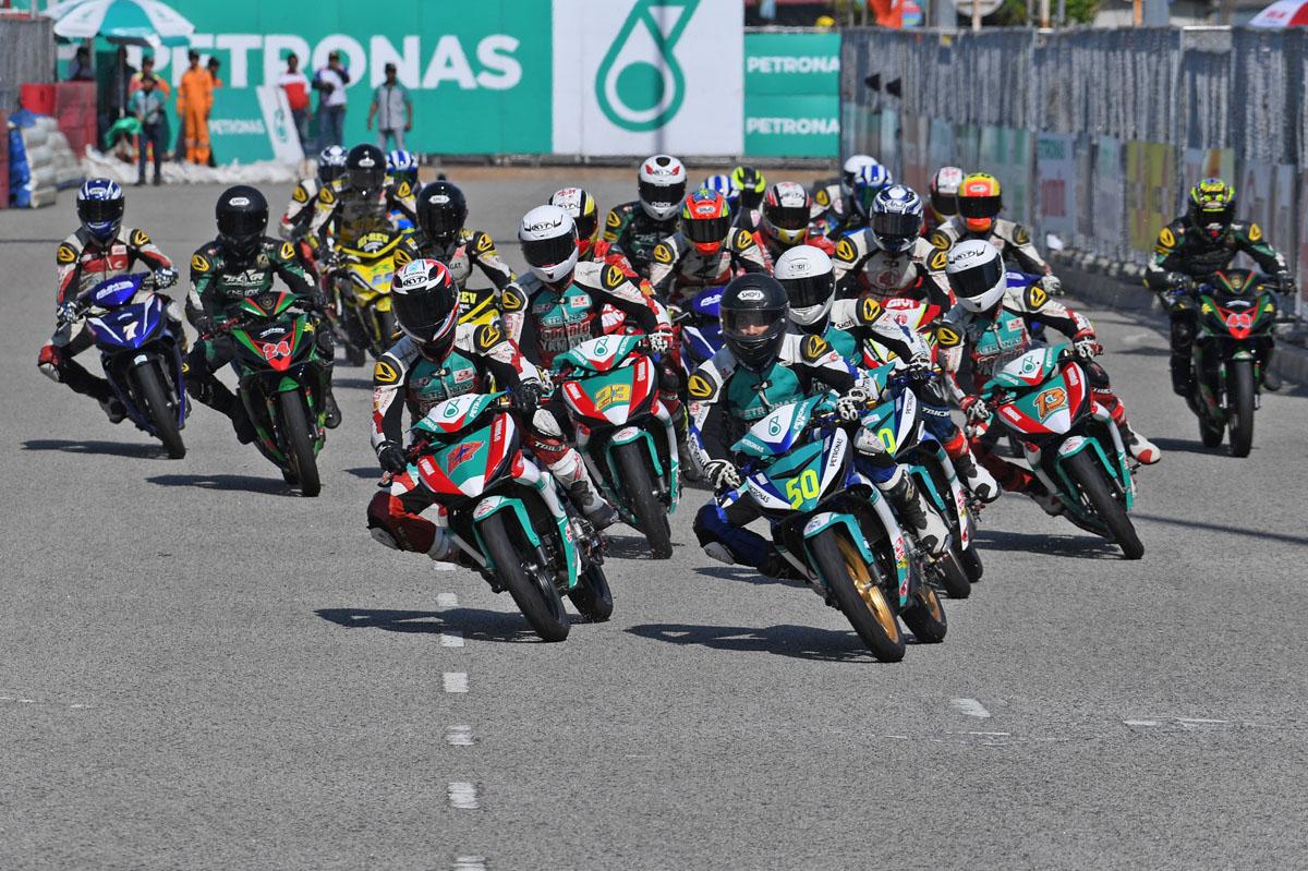 Aksi pelumba dalam kategori utama Kejuaraan Cub Prix AAM Malaysia PETRONAS - CP150.