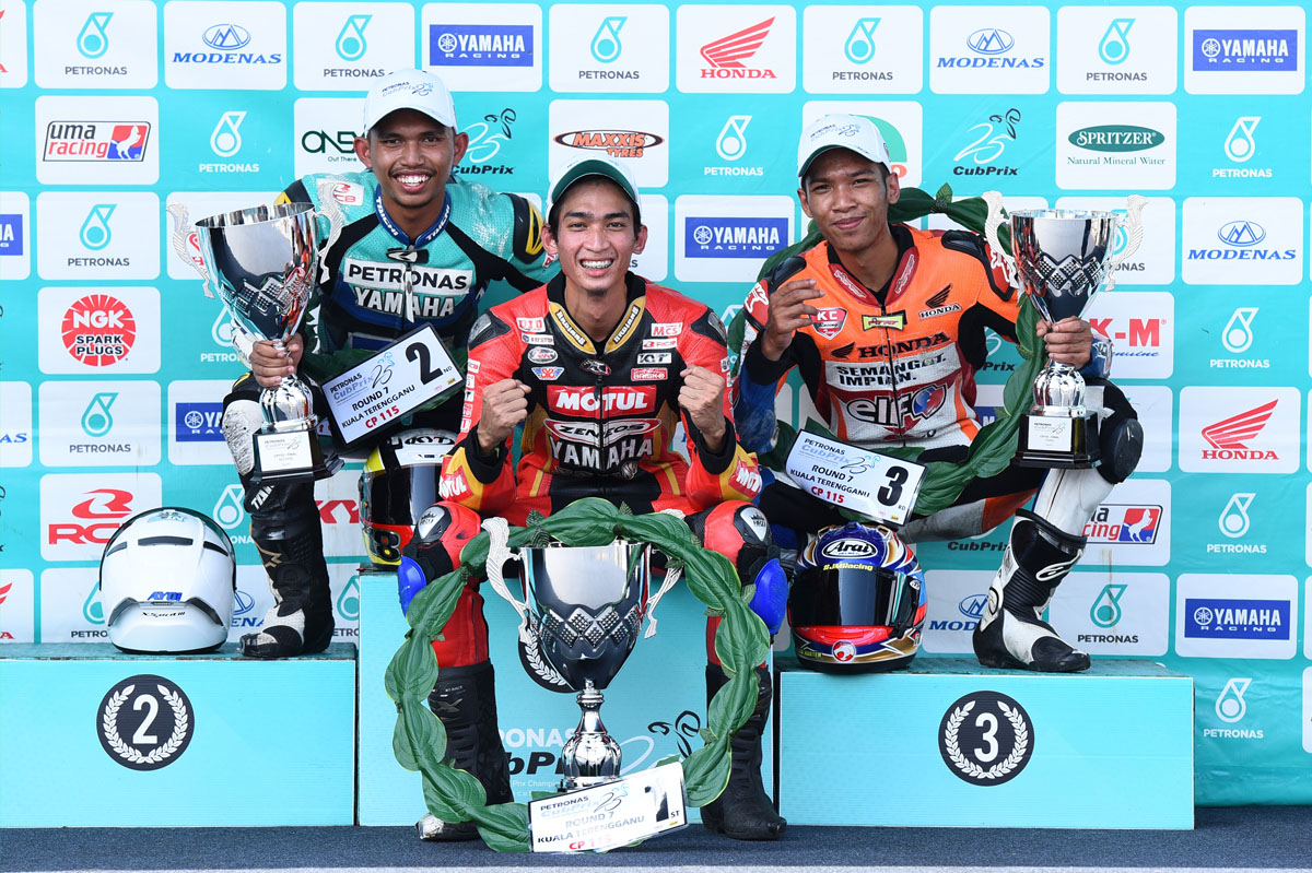 Pemenang podium Pusingan 7 Kejuaraan Cub Prix AAM Malaysia PETRONAS kategori CP115. Dari kiri - Nazirul Izzat Md Bahauddin (MLK) PETRONAS Sprinta Yamaha – CKJ Racing 10:48.925s, Tengku Amirul Haffirudin (TRG) Motul Zeneos Yamaha YY Pang Racing 10:47.978s dan Md Syafiq Rosli (PRK) ELF Koyoko Honda KC Racing 10:49.024s