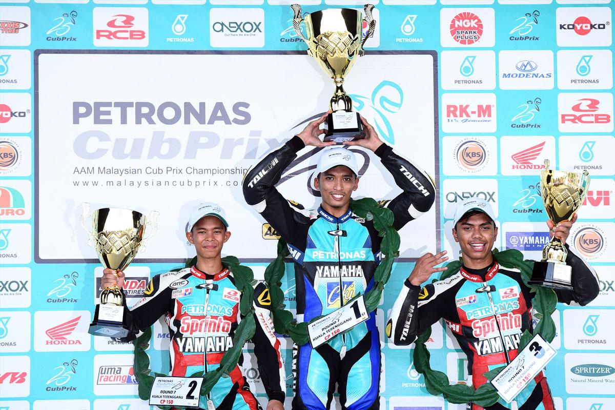 Pemenang podium Pusingan 7 Kejuaraan Cub Prix AAM Malaysia PETRONAS kategori CP150. Dari kiri - Md Akid Aziz (KUL) PETRONAS Sprinta Yamaha Maju Motor 13:40.542s, Ahmad Afif Amran (TRG) PETRONAS Sprinta Yamaha – CKJ Racing 13:40.445s dan Kasma Daniel Kasmayudin (JHR) PETRONAS Sprinta Yamaha Maju Motor 13:44.347s.