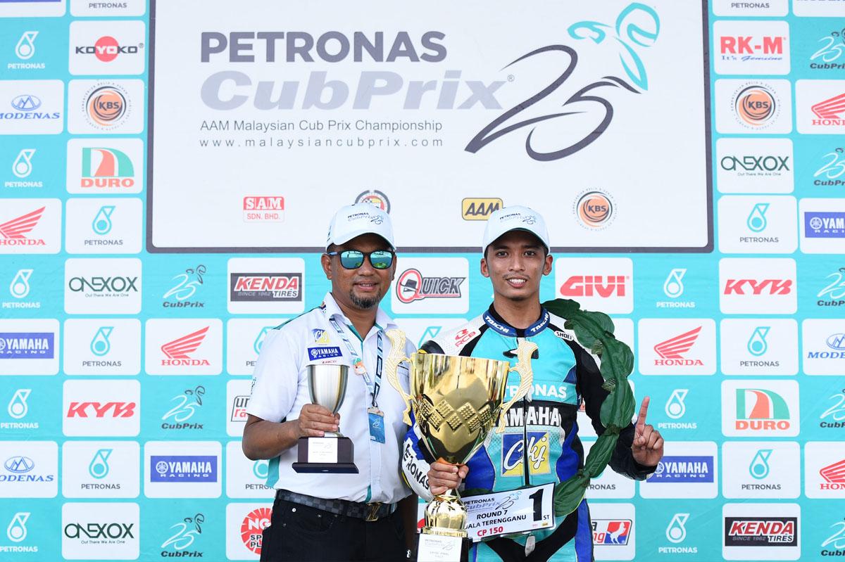 Juara Pusingan 7 Kejuaraan Cub Prix AAM Malaysia PETRONAS di litar Kompleks Sukan Negeri Gong Badak; Ahmad Afif Amran(kanan) bersama pemilik pasukan PETRONAS Sprinta Yamaha – CKJ Racing.
