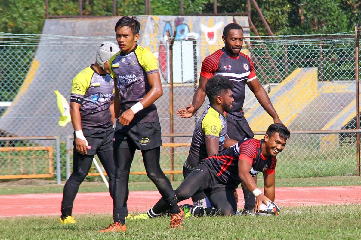 Larian pantas oleh pemain outside center Terengganu; Muhammad Haikal bin Ibrahim(kanan) berjaya mendapatkan mata try pertama seawal minit ke-3 permainan dalam perlawanan sulung kejohanan ragbi Piala Agong 2018 Ke-36 menentang Perak bertempat di padang ragbi Mini Stadium Kompleks Sukan Negeri Terengganu. Kredit Foto – PenyuSukan.com