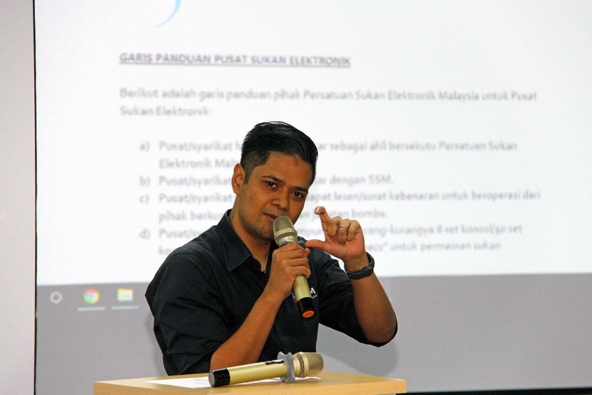 Setiausaha Agung Persatuan Sukan Elektronik Malaysia; En Rini Bin Ramli turut hadir untuk menyampaikan penerangan kepada peserta program Bengkel Pengenalan E-Sports Negeri Terengganu yang telah berlansung pada 22 Oktober 2018 bertempat di Talk Space TD1303 Coworking Space, Kuala Terengganu. Beliau juga turut merupakan atlet sukan elektronik yang pernah menjuarai Kejuaraan Asia sebanyak 3 kali dan pernah berada di tangga ke-4 kedudukan dunia sukan elektronik. Kredit Foto - PenyuSukan.com