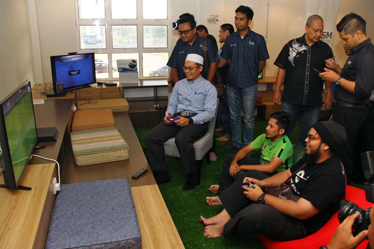 Timbalan Pengerusi Jawatankuasa Pembangunan Belia, Sukan dan Badan Bukan Kerajaan Negeri Terengganu; YB Ustaz Hishamuddin(duduk berkemeja biru) turut meluangkan masa untuk mencuba sukan elektronik di program Bengkel Pengenalan E-Sports Negeri Terengganu yang telah berlansung pada 22 Oktober 2018 bertempat di Talk Space TD1303 Coworking Space, Kuala Terengganu. Kredit Foto - PenyuSukan.com