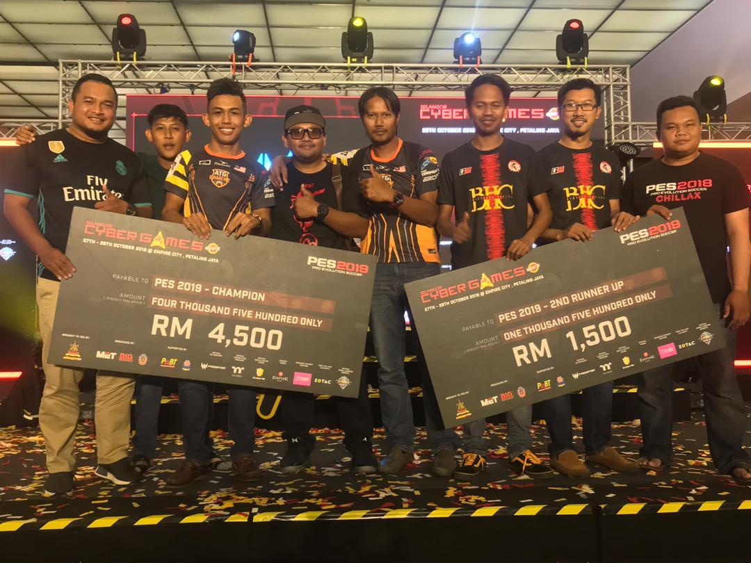 Syed Afif Hakimi bin Tengku Abdillah(empat dari kiri) selaku Naib President E-Sports Malaysia Terengganu(ESMT) turut hadir ke Kejohanan Selangor Cyber Games 2018 bersama anak jati negeri Terengganu; Muhammad Rafiq Firdaus(tiga dari kiri) dan Mohd Azan Bin Jusoh(tiga dari kanan) yang telah menguasai podium di kejohanan tahunan paling prestij ini. Kredit Foto – Facebook.com/esmterengganu