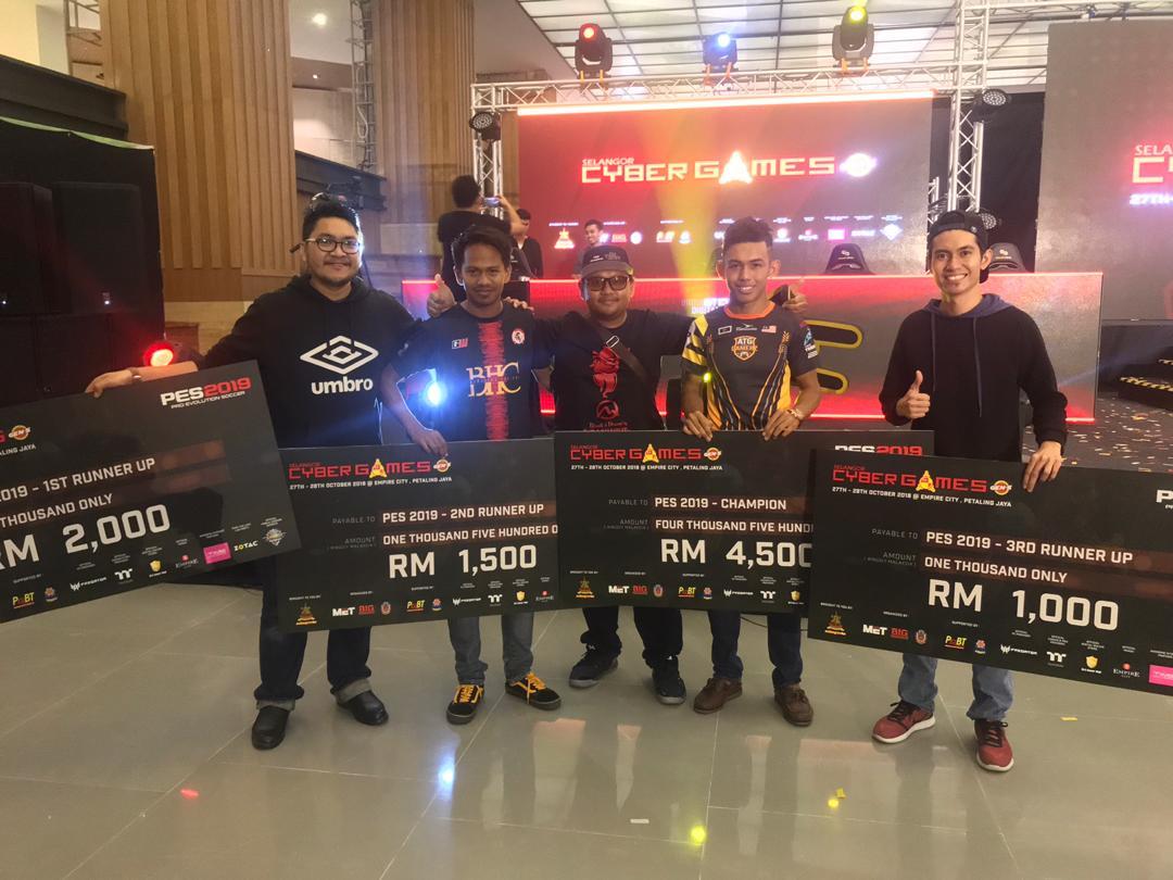 Syed Afif Hakimi bin Tengku Abdillah(tiga dari kiri) selaku Naib President E-Sports Malaysia Terengganu(ESMT) bersama anak jati negeri Terengganu; Muhammad Rafiq Firdaus(dua dari kiri) dan Mohd Azan Bin Jusoh(dua dari kanan) dan pememang tempat ke-3 dan ke-4 dalam Kejohanan Selangor Cyber Games 2018. Kredit Foto – Facebook.com/esmterengganu
