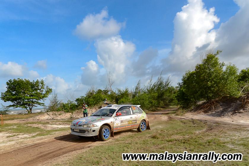 Aksi pelumba anak jati Terengganu; Muhammad Syakirin Razaki dan Amir Izham Abd Aziz bersama jentera Proton Satria dari pasukan OTFT Rally Team sewaktu melepasi peringkat halangan di tepi pantai dalam perlumbaan Rali Terengganu 2018. Kredit Foto - MalaysianRally.com