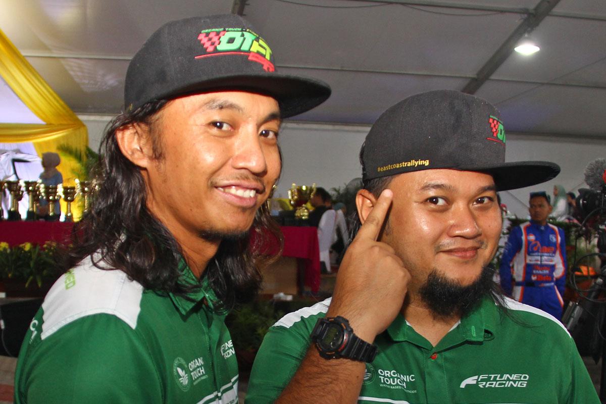 Pelumba rali anak jati Terengganu; Muhammad Syakirin Razaki(kanan) bersama rakan sepasukan selaku penunjuk arah; Amir Izham Abd Aziz dari pasukan OTFT Rally Team yang beraksi di laman sendiri dalam perlumbaan Rali Terengganu 2018. Kredit Foto - PenyuSukan.com