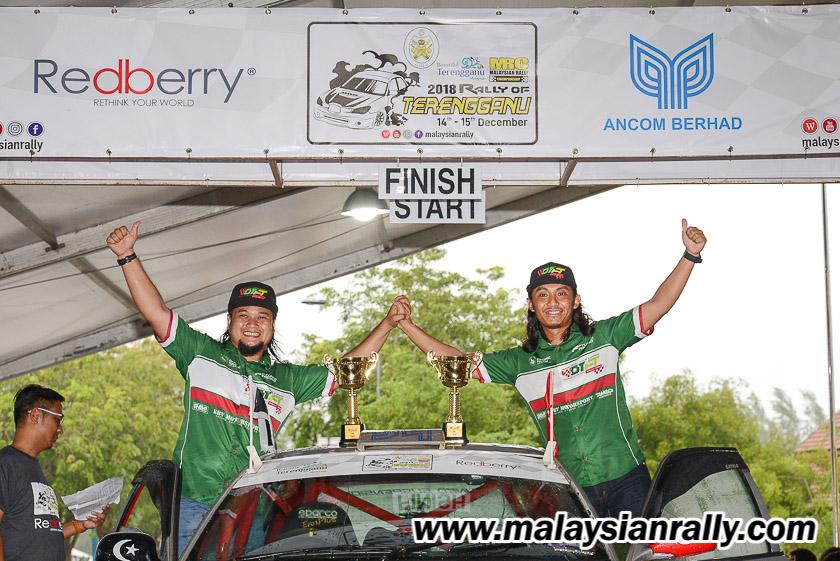 Muhammad Syakirin Razaki(kiri) bersama Amir Izham Abd Aziz dari pasukan OTFT Rally Team merupakan pasukan dari Kuala Terengganu yang turut memberi cabaran dalam dua hari perlumbaan Kejuaraan Rali Terengganu 2018. Kredit Foto - MalaysianRally.com