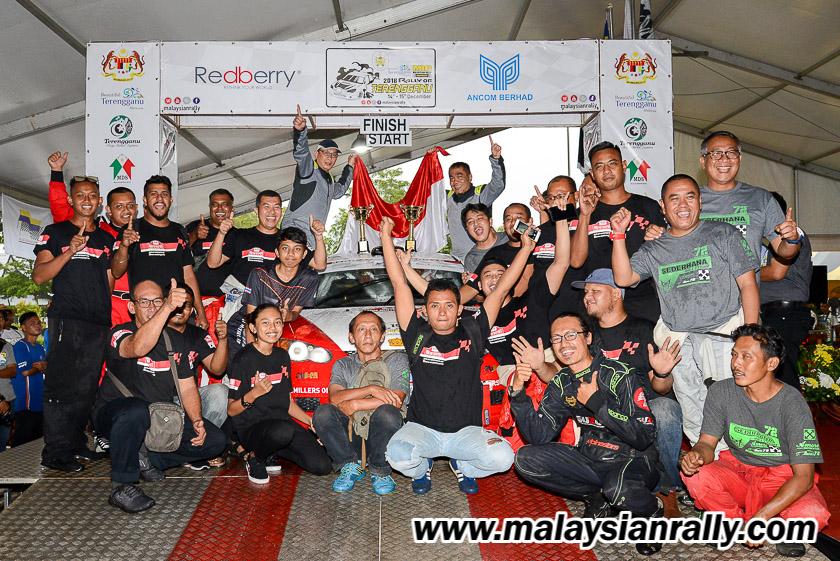 Rachmat dan Donny Wardono bersama ahli pasukan MRU Motorsports sewaktu meraikan kejayaan setelah muncul juara dalam Kejuaraan Rali Terengganu 2018 yang telah berlansung selama dua hari bertempat di Terengganu International Endurance Park (TIEP), Lembah Bidong, Setiu. Kredit Foto - MalaysianRally.com