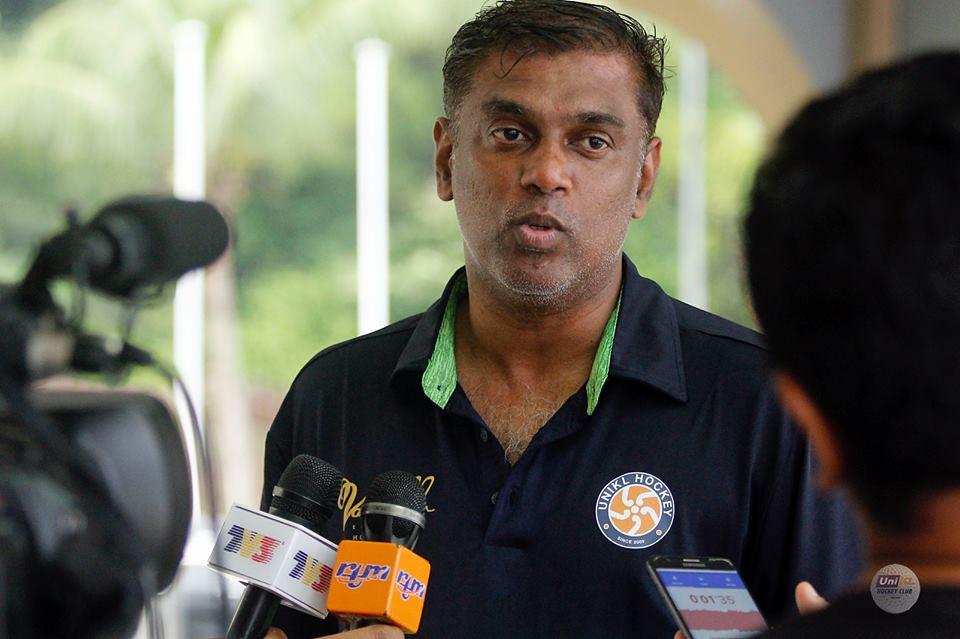 Ketua jurulatih pasukan hoki Universiti Kuala Lumpur (UniKL); Arul Selvaraj membawa cabaran untuk mempertahankan kejuaraan dalam Liga Hoki Malaysia 2019 untuk tahun ke-8 sejak 2012. Kredit Foto - Facebook.com/UNIKL-Hockey-129889753477/