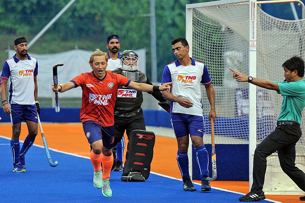 Faridzul Afiq Mohd meraikan jaringanya di minit ke-49 sekaligus menjadi jaringan gol terakhir buat UniKL sewaktu menentang Nur Insafi di Stadium Tengku Abdullah, Bangi hari ini. UniKL menang 3-1 sekaligus mencatat kemenangan ke-3 setelah mengharungi empat perlawanan dalam saingan Liga Hoki Malaysia 2019. Kredit Foto - Agensi