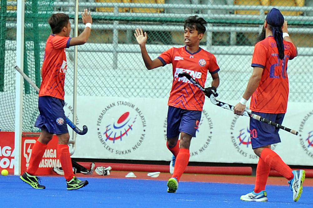 Muhammad Farhan Mohamad Zain(tengah) pada asalnya adalah seorang pelajar biasa yang mengambil jurusan Sarjana Muda Teknologi Kejuruteraan di Universiti Kuala Lumpur (UniKL). Namun segala-galanya berubah 360 darjah apabila pemain berasal dari Seremban itu daftarkan sebagai antara pemain utama UniKL untuk beraksi pada saingan Liga Hoki Malaysia (MHL) 2019.