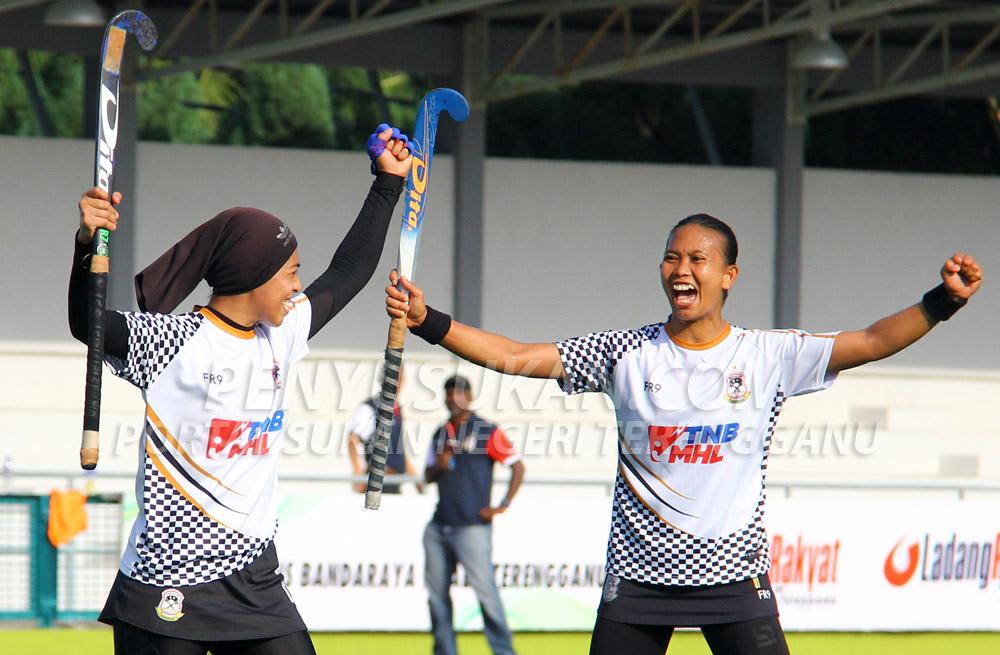 Kapten Pasukan Hoki Wanita Terengganu (TLHT); Siti Noor Amarina Ruhani(kanan) bersama Fatin Shafika meraikan kejayaan sewaktu menewaskan PKS Uniten selaku pasukan pelawat dalam aksi peringkat kumpulan bertempat di Stadium Hoki Batu Buruk, Kuala Terengganu pada 24 Januari 2019. Kredit Foto - PenyuSukan.com