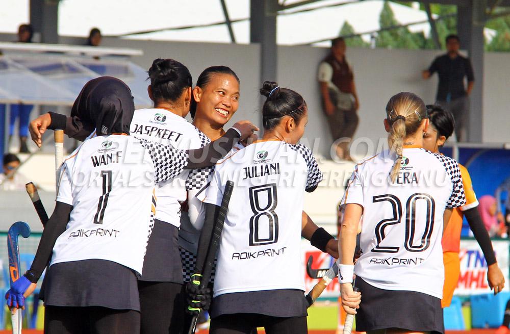 Kapten Pasukan Hoki Wanita Terengganu (TLHT); Siti Noor Amarina Ruhani(tiga dari kiri) meraikan kejayaan jaringan gol di minit ke-52 yang disempurnakan oleh Jaspreet Kaur sekaligus menjadi gol terakhir tuan rumah untuk menewaskan pasukan PKS Uniten berkesudahan 3-2 bertempat di Stadium Hoki Batu Buruk, Kuala Terengganu pada 24 Januari 2019. Kredit Foto - PenyuSukan.com