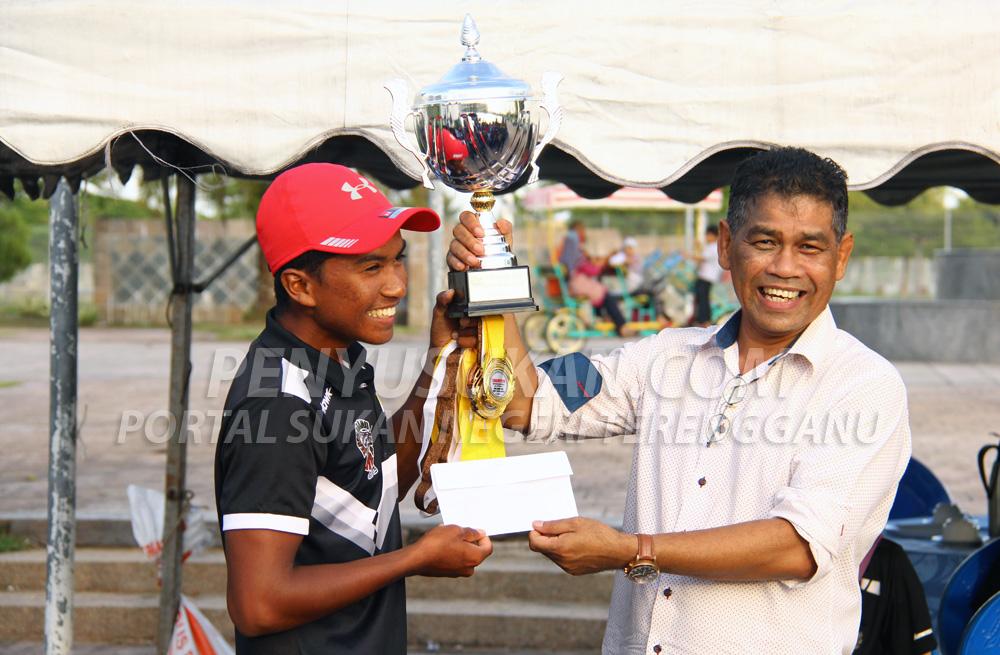 Alif Safares(kiri) menerima piala pusingan Liga Layar TSDL 2019 Siri 1 yang disampaikan oleh Pengurus Kompleks Sukan Negeri Terengganu; Encik A.Zulkifli bin Mohamad. Kredit Foto – PenyuSukan.com